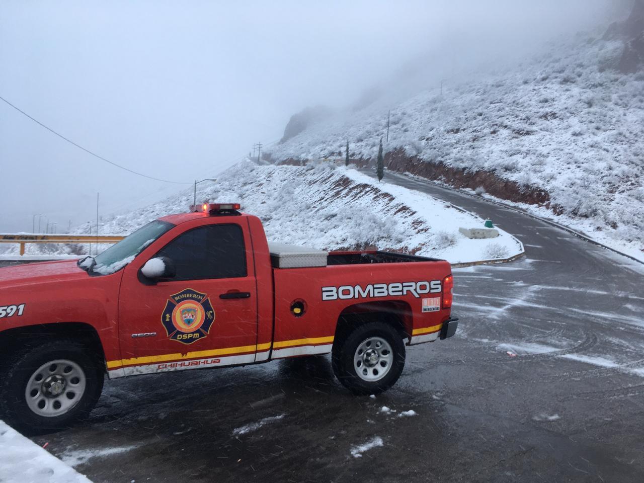 Policías, bomberos y personal de Protección Civil ofrecieron diversos apoyos por la nevada