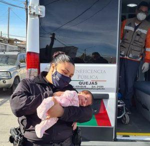 Heroína de corazón azul: Le salva la vida a bebé que se atragantó mientras la alimentaban