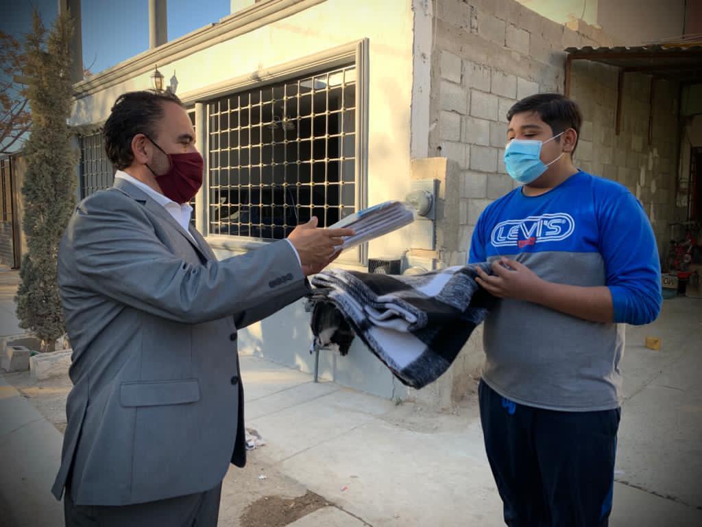 Entrega Loera paquetes de útiles escolares y cobijas en Juárez