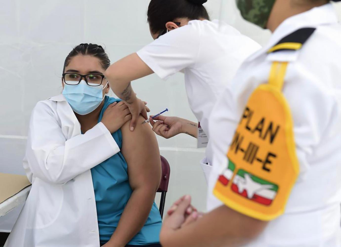 """Inicia vacunación contra COVID19 en personal de salud """"hay presupuesto suficiente para las dósis necesarias"""": AMLO"""