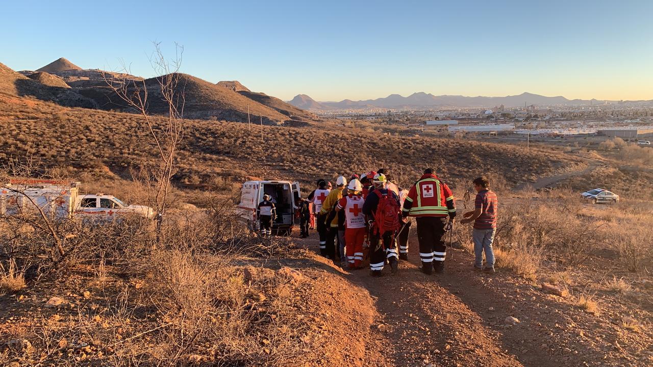 Rescatan bomberos a mujer lesionada en cerro Colorado