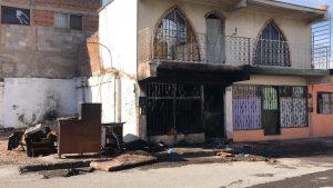 Mujer tira cigarro en vivienda y causa incendio
