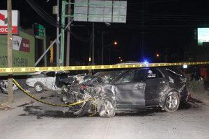 Carroza choca contra Uber; mueren dos