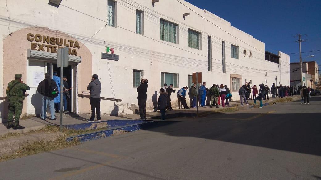 Héroes de la salud hacen fila para recibir vacuna contra el Coronavirus