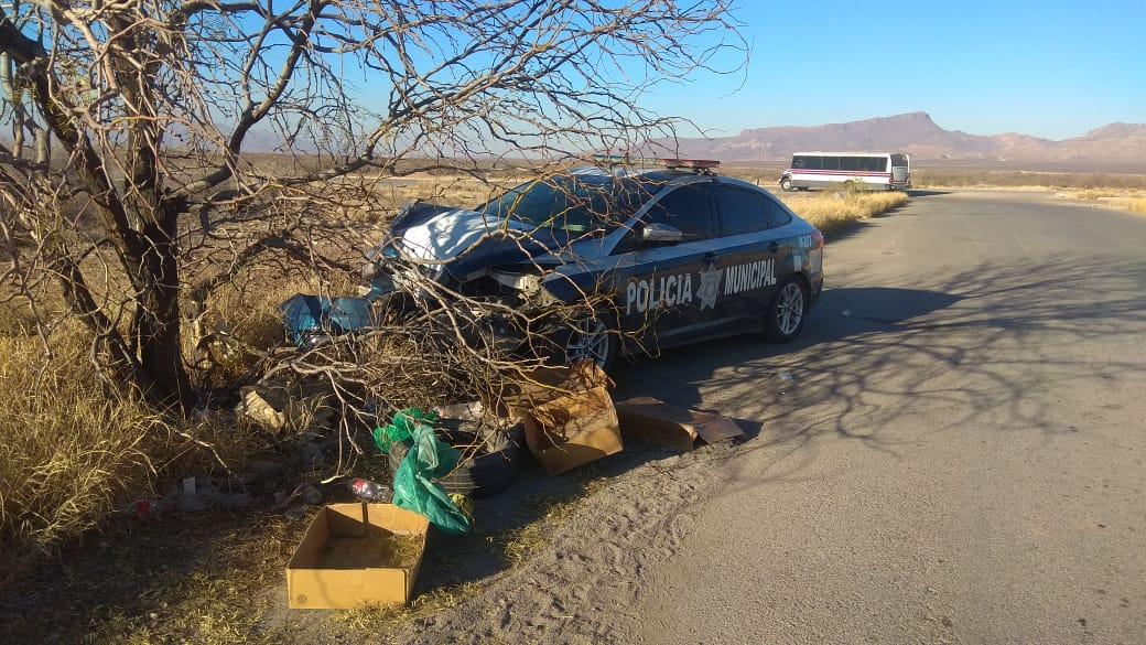 Policía se estrella contra árbol en Punta Oriente