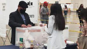 Emite Julio Robles su voto al distrito 18