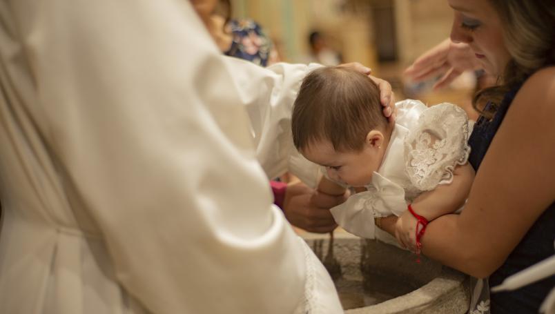 Muere bebé tras ceremonia de bautizo; lloraba y sacerdote lo sumergió 3 veces en agua bendita