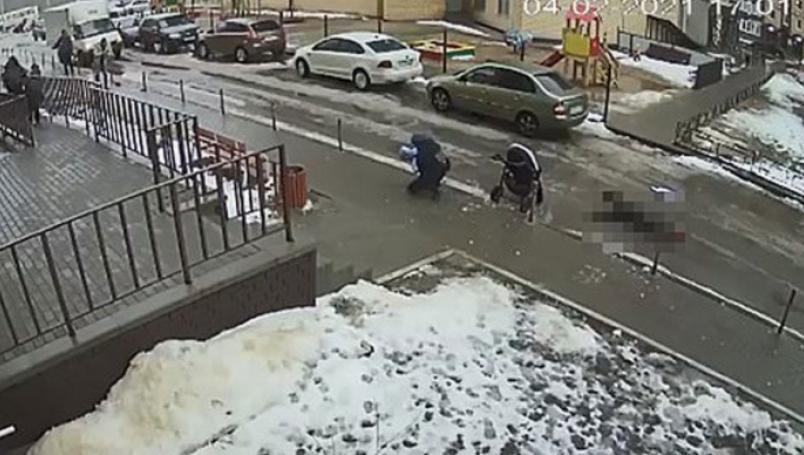 Hombre se suicida lanzándose de edificio; cae sobre bebé y lo mata