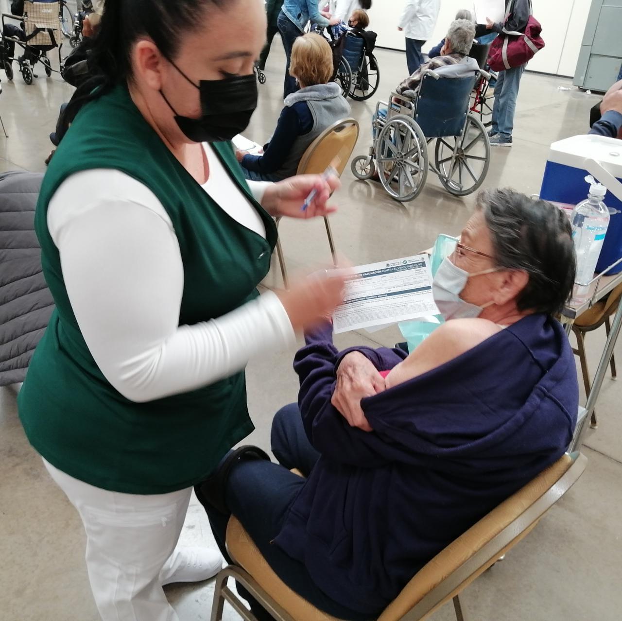 Personal del IMSS apoya en aplicación de vacuna contra Covid-19