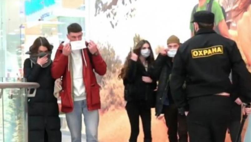 Se hace pasar por policía para amenazar a gente sin cubrebocas
