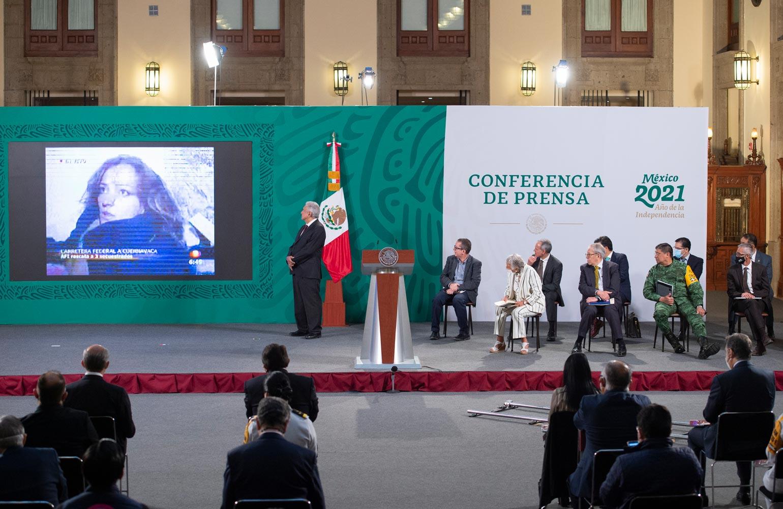 Exhiben penoso montaje de Loret de Mola en Televisa en caso de Florence Cassez