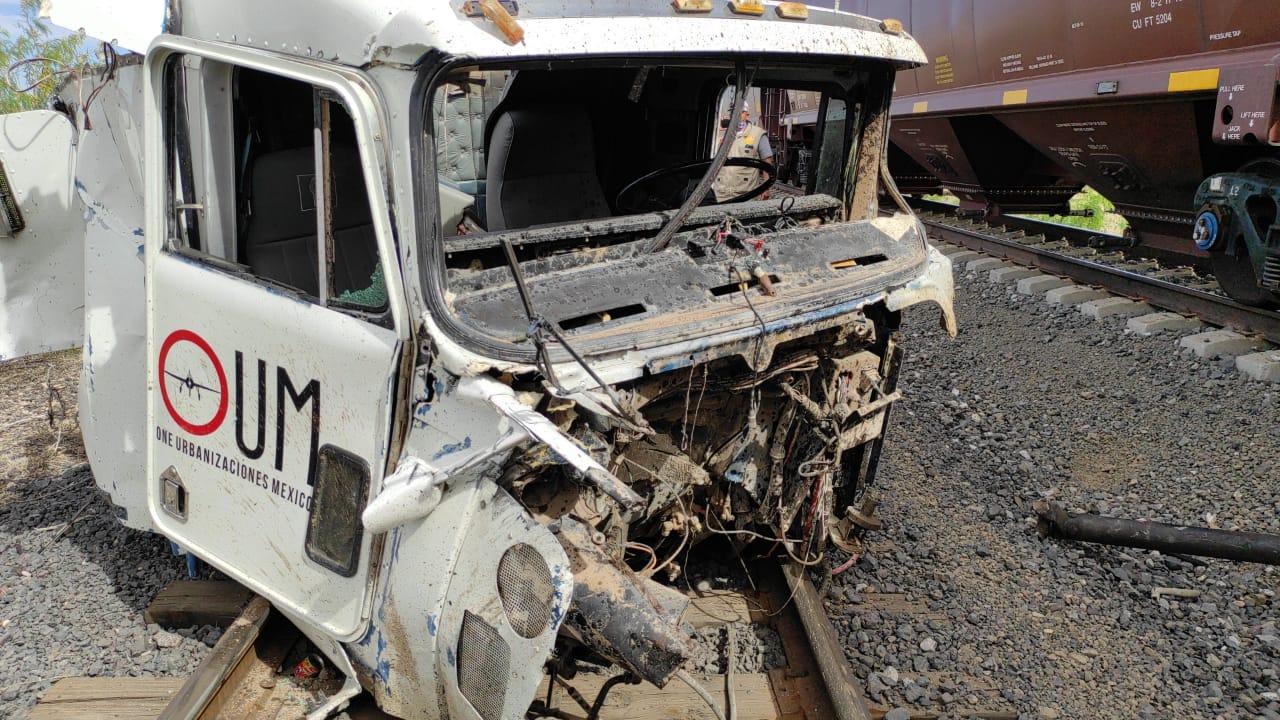 Fuerte choque entre dompe y tren deja dos lesionados