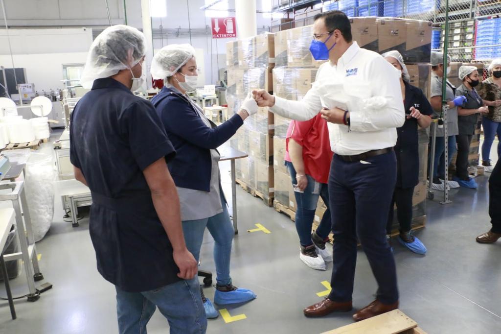 Visita Marco Bonilla a personal de maquiladora de insumos médicos