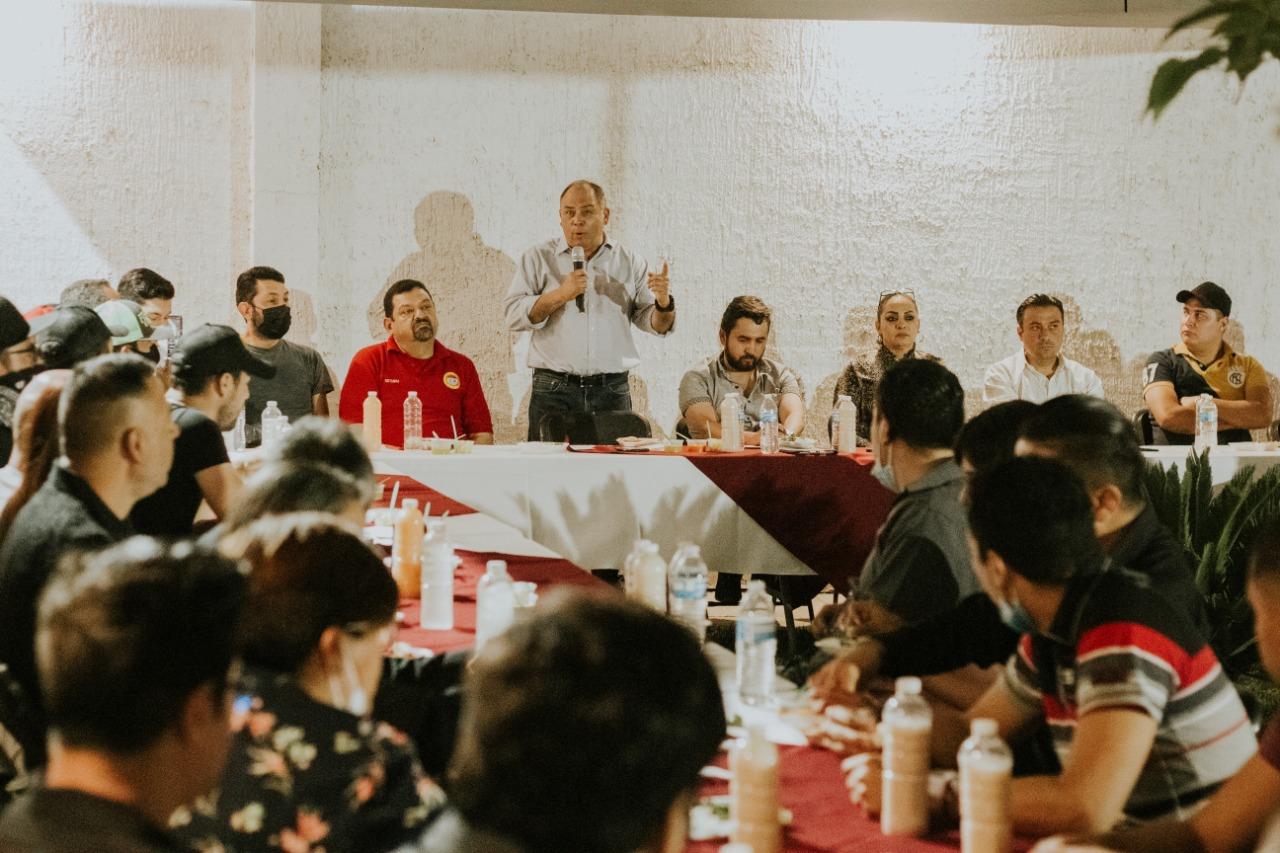 Artistas musicales chihuahuenses se reúnen con Marco  Quezada